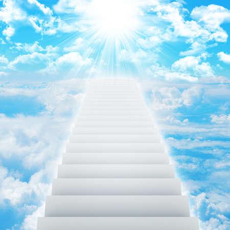 구름과 태양이 하늘에 계단