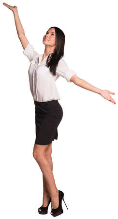 femme bouche ouverte: Belles affaires debout et ouvert ses bras sur les côtés Banque d'images