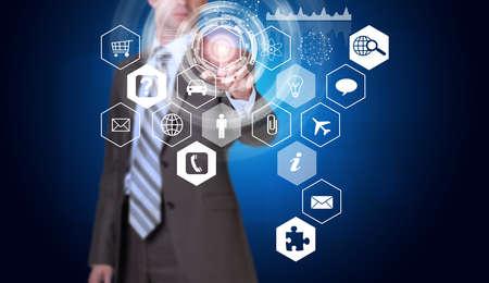 rectángulo: Hombre de negocios en traje dedo presiona el botón virtual