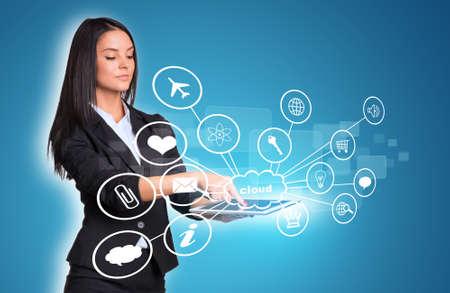 rectángulo: Las mujeres que usan la tableta digital y nube con iconos Foto de archivo