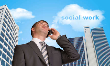 trabajo social: Hombre de negocios hablando por tel�fono. Nube de palabras trabajo social Foto de archivo