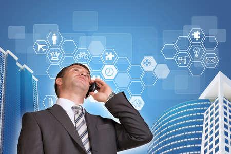 rectángulo: Hombre de negocios hablando por teléfono. Rascacielos y hexágonos con iconos