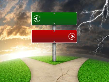 Crossroads verkeersbord. Groen gras, vork in de weg en bliksem als achtergrond Stockfoto