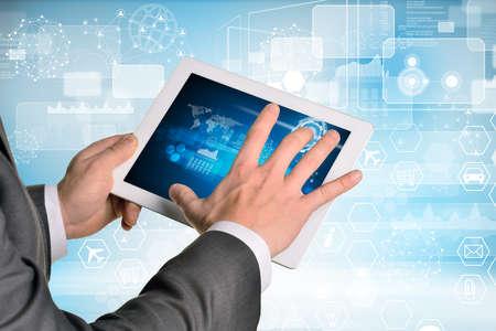 rectángulo: Las manos del hombre que usa la PC de la tableta. Imagen de elementos de negocio en la pantalla de la tableta Foto de archivo