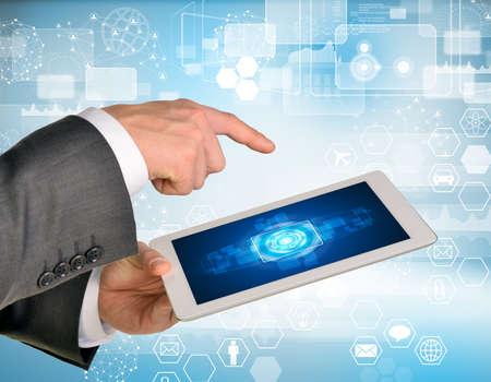 rectangulo: Las manos del hombre que usa la PC de la tableta. Imagen de elementos de negocio en la pantalla de la tableta Foto de archivo
