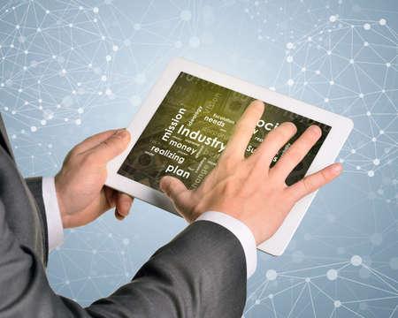 Man Hände Mit Tablet-PC. Erde Und Business Worte Auf Touch-Screen ...