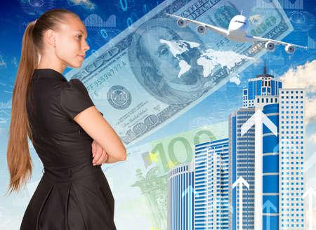 arrière plan noir et blanc: Belle femme d'affaires en costume, les bras croisés. Vue arrière. Bâtiments, argent, avion et carte du monde comme toile de fond Banque d'images