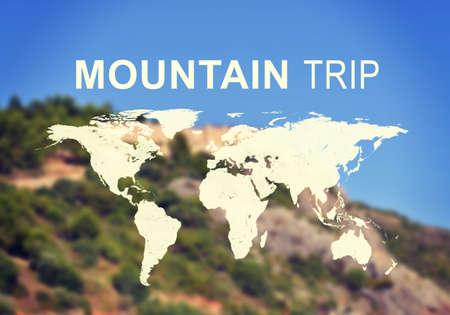 contoured: Mapa contorneada del mundo continentes con la inscripci�n de viaje de monta�a, foto borrosa de ladera de la monta�a como tel�n de fondo.