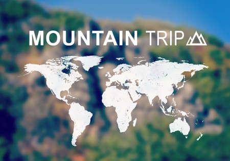 contoured: Mapa contorneada del mundo continentes con la inscripci�n de viaje Monta�a y el s�mbolo correspondiente. Foto borrosa de ladera de la monta�a como tel�n de fondo.
