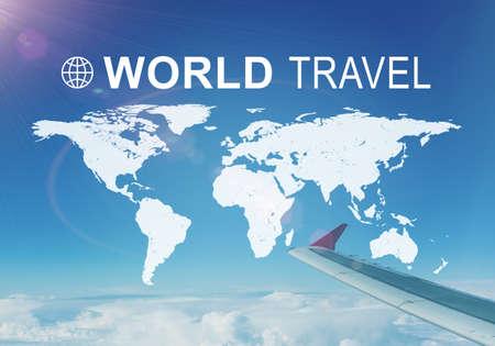 contoured: Mapa contorneada del mundo continentes con la inscripci�n Mundial de Viajes y s�mbolo relacionado. Ala del jet volando en primer plano, las nubes y el cielo azul y el cielo como tel�n de fondo.