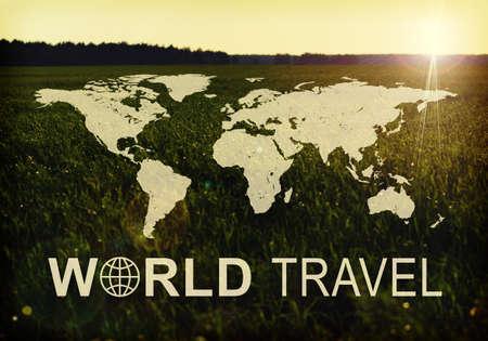 contoured: Mapa contorneada del mundo continentes con la inscripci�n Mundial de Viajes y foto de la pradera verde en la salida del sol como tel�n de fondo.