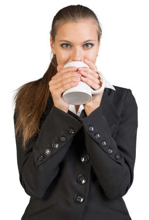sorbo: Empresaria celebraci�n de taza, tomar un sorbo. Aislado sobre fondo blanco