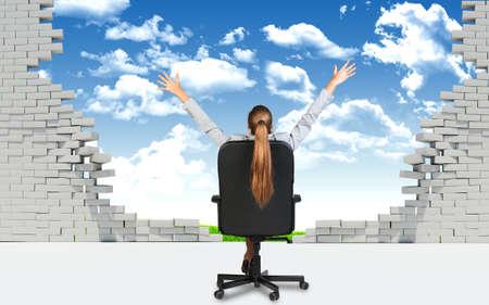 pared rota: De negocios sentado en la silla de oficina con las manos extendidas, delante de la pared rota con el cielo blus y campo verde detr�s de �l.
