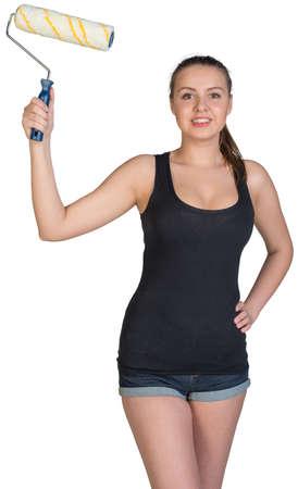 mani sui fianchi: Donna in piedi akimbo, tenendo il rullo di vernice, guardando alla fotocamera, sorridente. Isolato su sfondo bianco