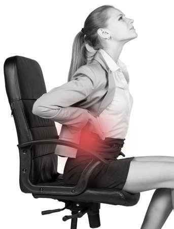 Zakenvrouw met lage rugpijn, zittend op een bureaustoel. Geïsoleerde over witte achtergrond