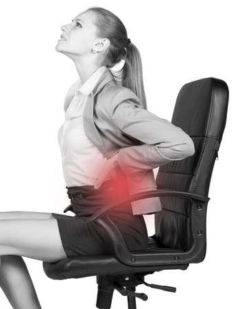 dolor de espalda: Empresaria con dolor de espalda baja, sentado en silla de oficina. Aislado en blanco