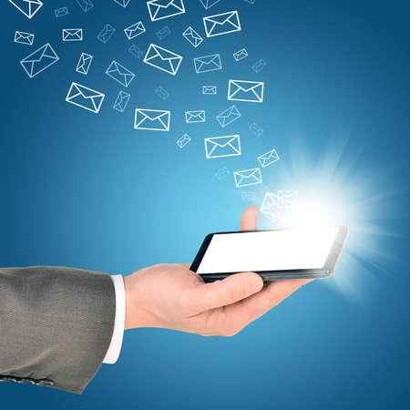 mano derecha: Hombre de negocios usando el tel�fono m�vil dentro de la mano derecha. Enviar y recibir mensajes de correo electr�nico