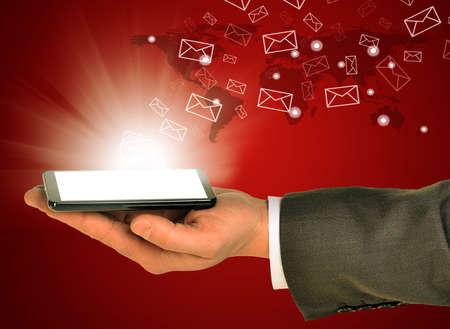 uomo rosso: Uomo d'affari azienda di telefonia mobile all'interno della mano sinistra. Invio e ricevere e-mail. Mondo astratto su sfondo