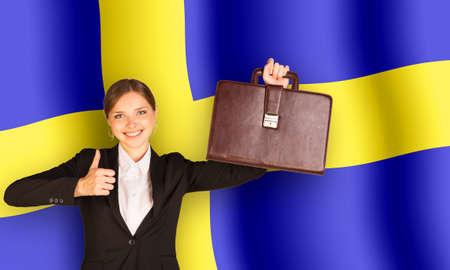 sweden flag: Donna di affari con la valigia su sfondo bandiera della Svezia Archivio Fotografico