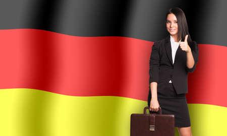 bandera alemania: Sonriente mujer con la maleta en Alemania fondo de la bandera