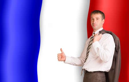 bandera francia: Sonriente hombre de negocios con la chaqueta sobre el hombro y mirando a la c�mara sobre fondo de la bandera de Francia