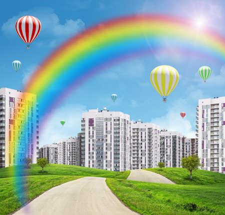 champ vert: Paysage urbain sur le champ vert avec arc en ciel, les arbres et la route