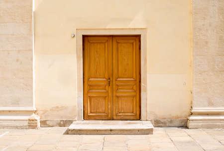 puertas de madera: Puertas de madera en la pared con puertas, vista frontal
