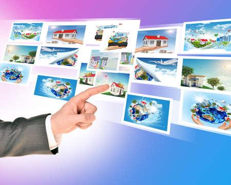holographic: Dito Businessmans toccando le immagini olografiche su sfondo astratto