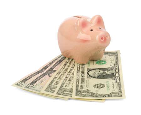 banco dinero: hucha con dinero en el fondo blanco aislado