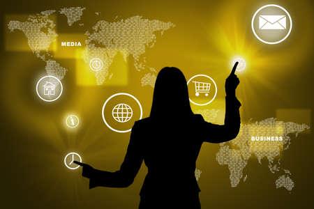 holographic: Businesswomans silhouette toccante schermo olografico virtuale con la mappa del mondo Archivio Fotografico