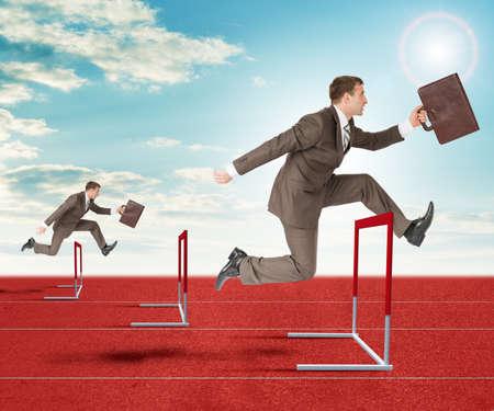 competitividad: Los hombres de negocios con la maleta que saltan sobre barrera cinta de correr