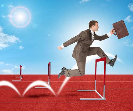 competitividad: El hombre de negocios con la maleta saltando sobre barrera cinta de correr