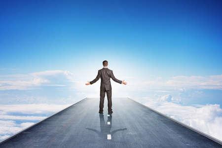 patron: El hombre de negocios en el camino en el cielo, vista trasera
