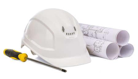 work tools: casco de seguridad blanco y destornillador sobre fondo blanco aislado Foto de archivo