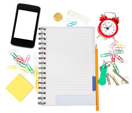 nota de papel: cuaderno abierto con papelería y aislado fondo blanco teléfono inteligente, de cerca