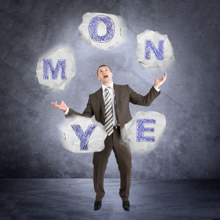 Businessman mot de jonglerie de l'argent sur fond abstrait gris
