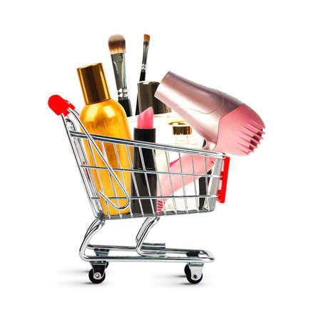Carrello della spesa con i cosmetici isolato su sfondo bianco Archivio Fotografico
