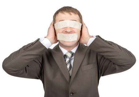 boca cerrada: El hombre de negocios con cinta adhesiva sobre sus ojos y la boca, las orejas cerrado aislado en el fondo blanco