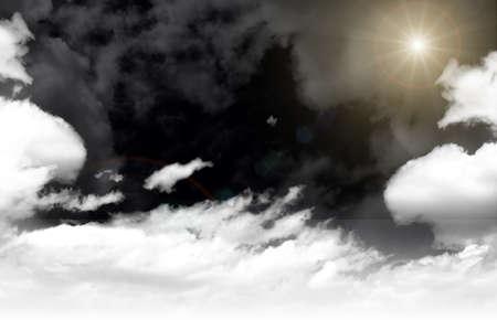aire puro: cielo gris con nubes y el sol, el aire fresco Foto de archivo