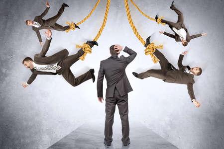 obey: Confundido empresario busca en la gente que cuelga en cuerda