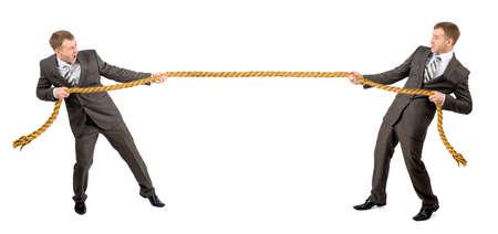 Schlepper Krieg, zwei Geschäftsmann Seil ziehen in entgegengesetzte Richtungen auf weißem Hintergrund