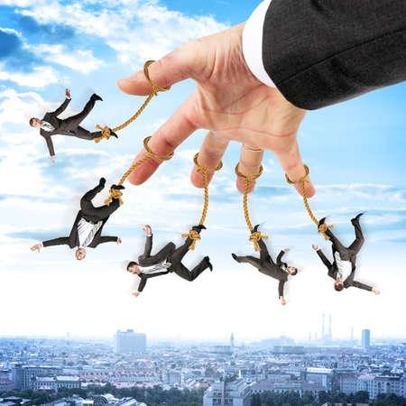 obedecer: Imagen de los hombres de negocios que cuelgan en cadenas como manette. La fotografía conceptual
