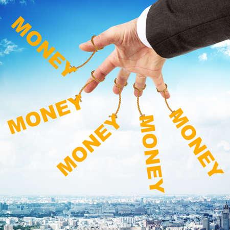 obedecer: Palabra de dinero que cuelgan en cadenas como manette. La fotografía conceptual