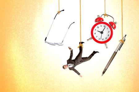 ahorcado: Hombre que cuelga en cuerda con el reloj, la pluma y los vidrios en el fondo de colores Foto de archivo