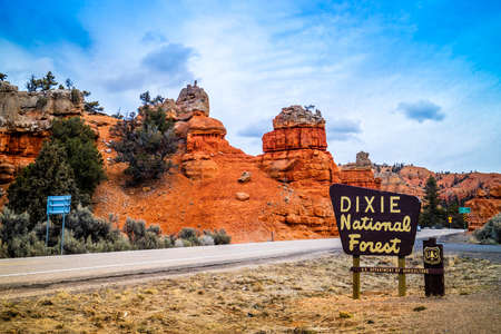 Kodachrome Basin State Park, UT, USA - March 25, 2018: A welcoming signboard at the entry point of the preserve forest 新聞圖片