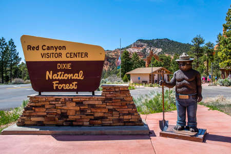 Dixie National Forest, UT, USA - May 24, 2020: A welcoming signboard at the entry point of the preserve forest 版權商用圖片 - 167643093