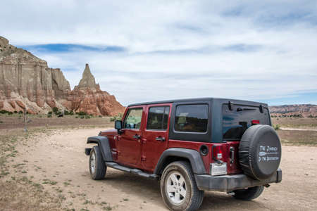 Bryce Canyon NP, UT, USA - May 22, 2020: A Jeep Wrangler Unlimited Sports parked along the preserve park 版權商用圖片 - 167643080