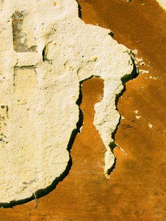 Juego de luces y sombras, ha creado la figura anormal en un viejo muro de una casa