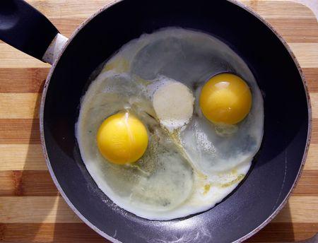 Ready fried eggs lays on a frying pan Standard-Bild