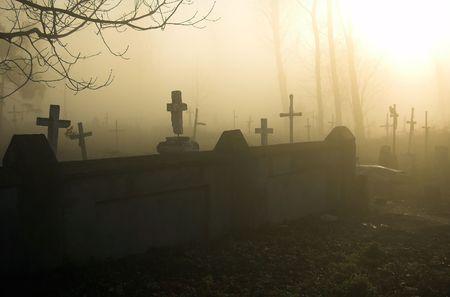 Old sombr�o cementerio en una ma�ana de niebla